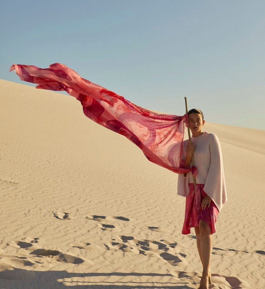 Sustainable Christmas gifts: Woman with a scarf from Friendly Hunting in the desert