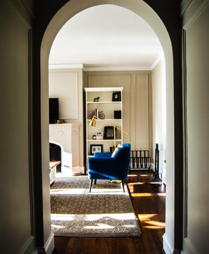 Wohnung mit blauem Sofa, Second Hand Möbel Online Plattform