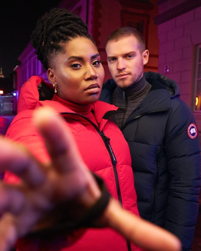 Zwei Models tragen Canada Goose Jacken ohne Fellkragen