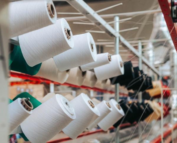 Polyestergarn in Textilfabrik nachhaltige materialien